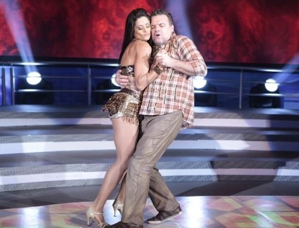 """9.jun.2013 - Adriano Garib e Aline Riscado dançam """"Gatinha Assanhada"""", de Gusttavo Lima, na noite forró na """"Dança dos Famosos"""""""