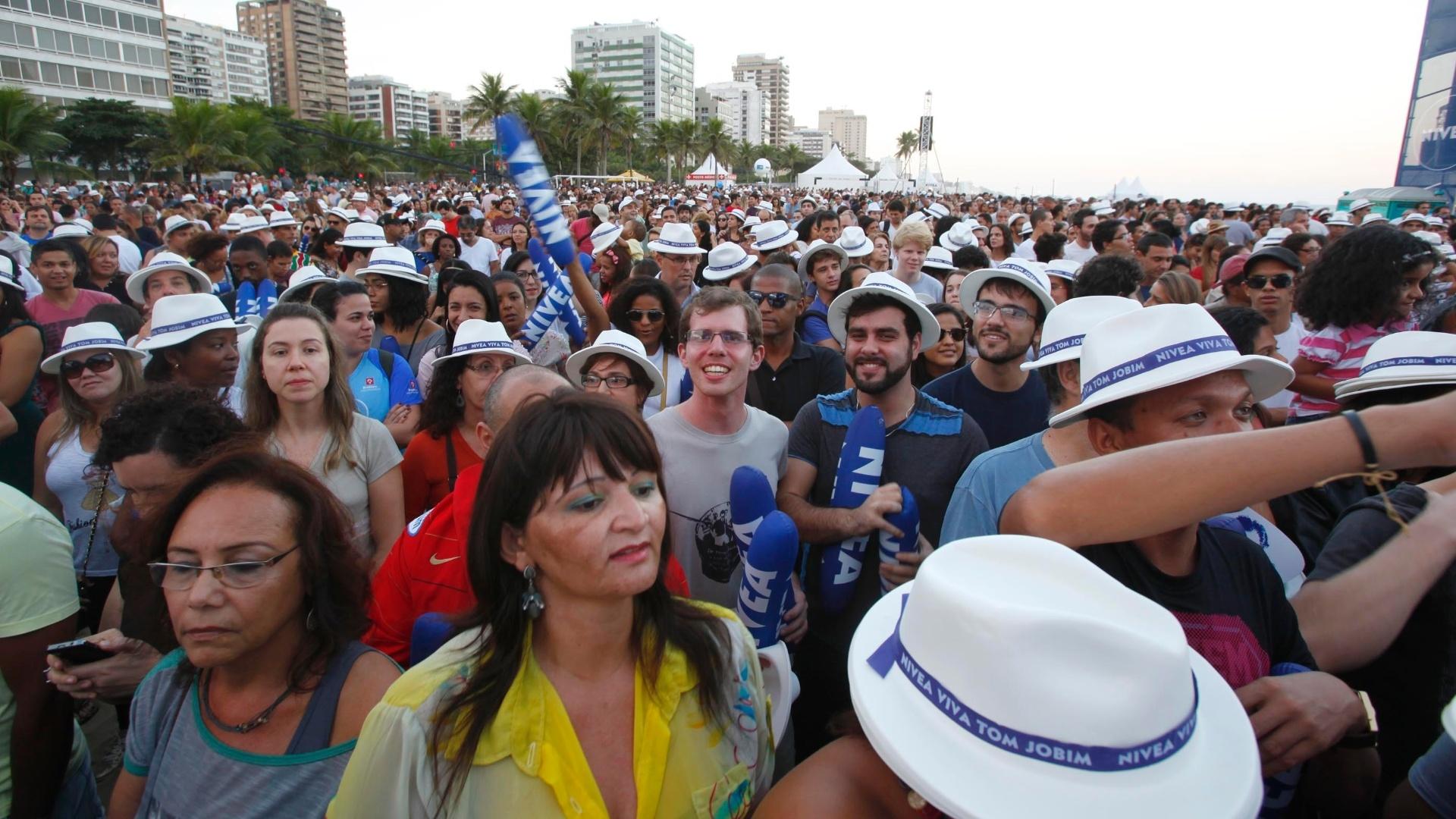 9.jun.2013 - Público assiste show de Vanesssa da Mata na praia de Ipanema, no Rio de Janeiro