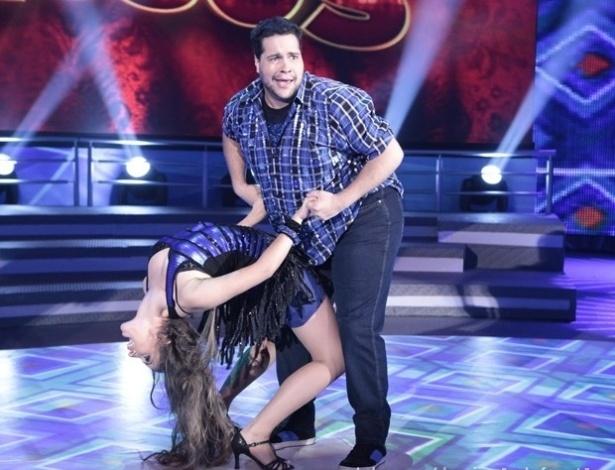 """9.jun.2013 - Tiago Abravanel e Ana Paula Guedes dançam """"Louca, Louquinha"""", de João Lucas e Marcelo, na noite de forró na """"Dança dos Famosos"""""""