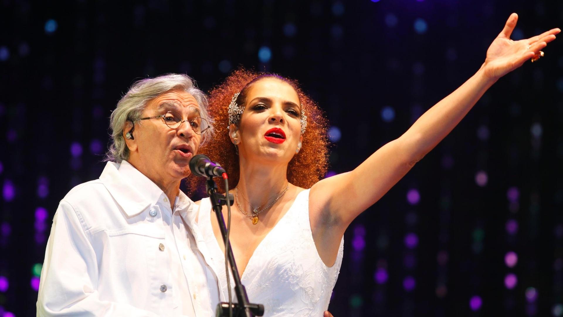 9.jun.2013 - Vanesssa da Mata canta com Caetano Veloso durante show na praia de Ipanema, no Rio de Janeiro