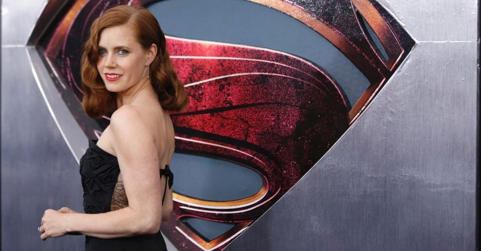 10.jun.2013 - Amy Adams, a nova Lois Lane, faz pose no tapete vermelho da pré-estreia mundial de
