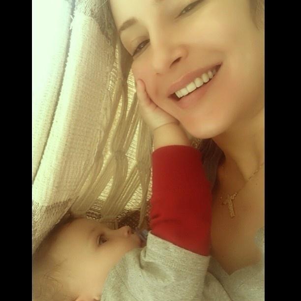 10.jun.2013 - Claudia Leitte recebe carinho do filho caçula