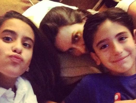 10.jun.2013 - Cleo Pires se diverte com os irmãos