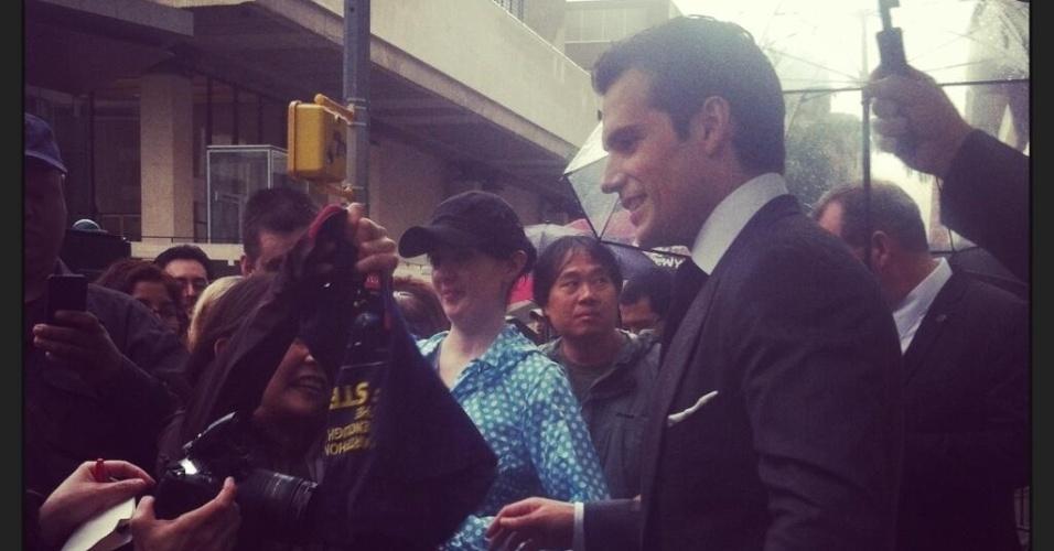 10.jun.2013 - Henry Cavill, o novo Super-Homem, fala com fãs antes da pré-estreia de