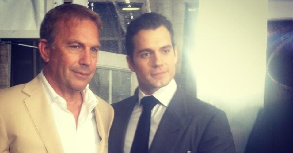 10.jun.2013 - Kevin Costner e Henry Cavill posam para fotos antes da pré-estreia de