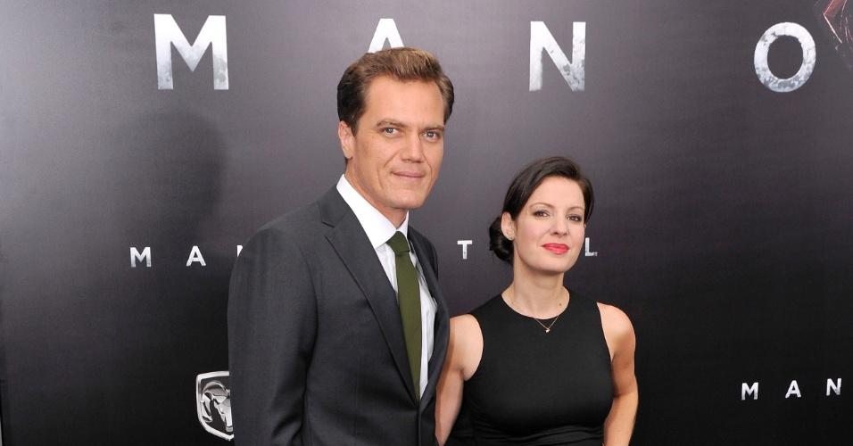10.jun.2013 - O ator Michael Shannon, que interpreta o vilão general Zod, vai com sua mulher, Kate Arrington, à pré-estreia de