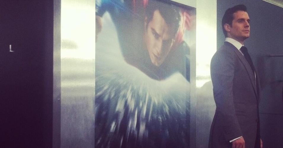 10.jun.2013 - O novo Super-Homem, Henry Cavill, posa para fotos antes da pré-estreia de