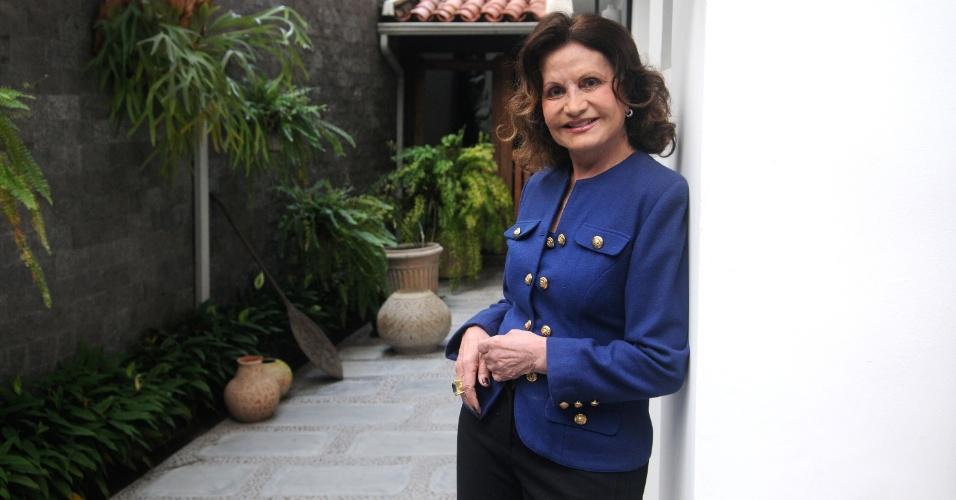7.jun.2013 - Rosamaria Murtinho posa para foto durante entrevista em sua casa em São Conrado, na zona sul do Rio