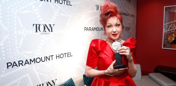 """9.jun.2013 - Cyndi Lauper mostra seu prêmio Tony pelo espetáculo """"Kinky Boots"""", musical da Broadway com músicas suas"""