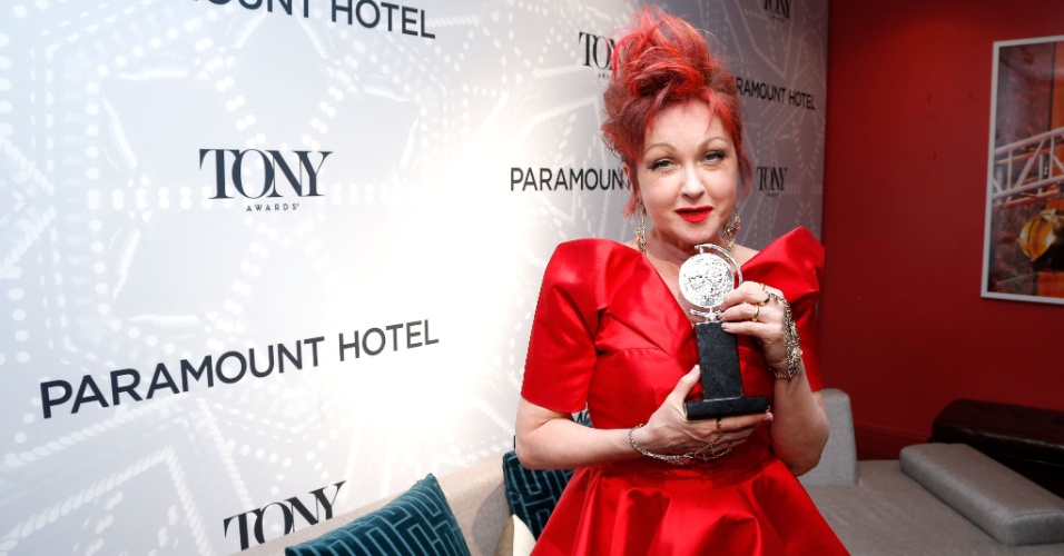 9.jun.2013 - A cantora Cyndi Lauper mostra seu prêmio Tony pela música do espetáculo