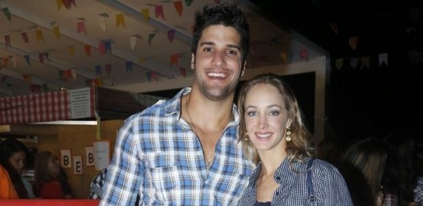 9.jun.2013 - O ex-BBB Marcello Soares e sua namorada Hazel de Andrade chegam para a décima edição do