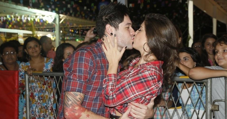 9.jun.2013 - Os ex-BBBs Nasser e Andressa trocam beijos na décima edição do