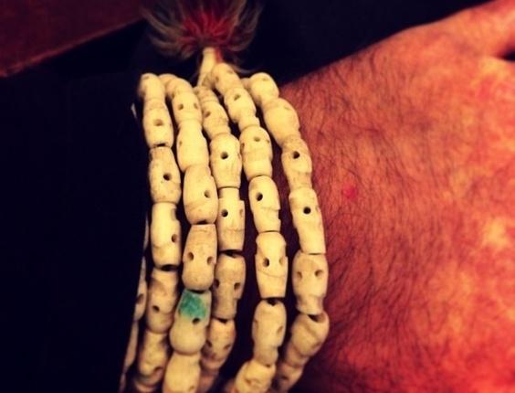 Bruno mostrou uma pulseira comprada durante a viagem