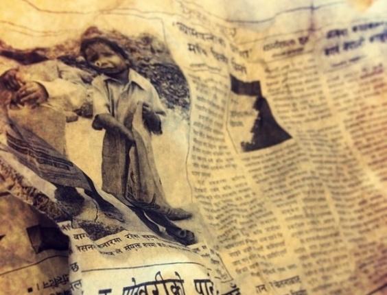 Em uma das fotos, o ator destaca um jornal de um dos dias da viagem