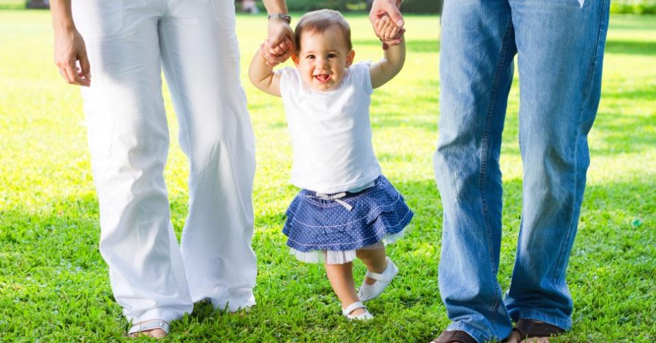 pais, bebê, aprendendo a andar