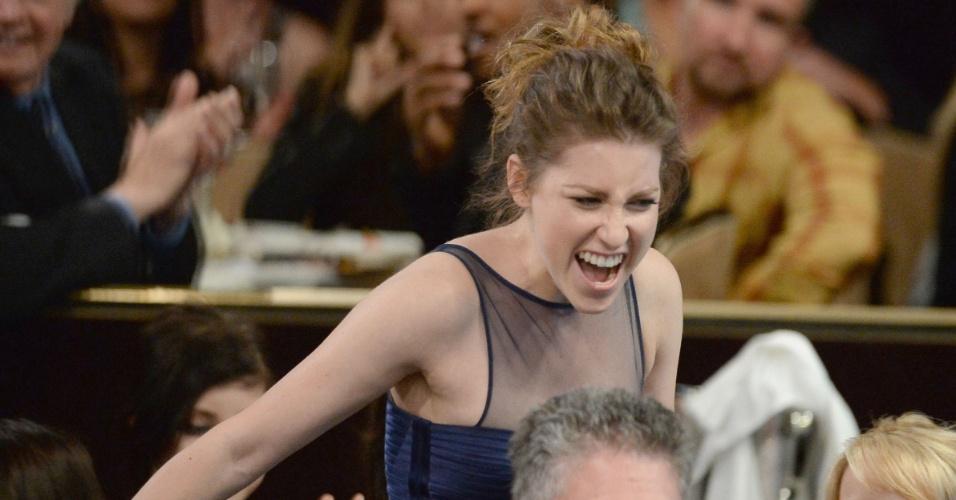 """10.jun.2013 - A atriz Eden Sher se emociona com o prêmio de melhor atriz coadjuvante pela série """"The Middle"""". Ela dividiu o prêmio com Kaley Cuoco"""