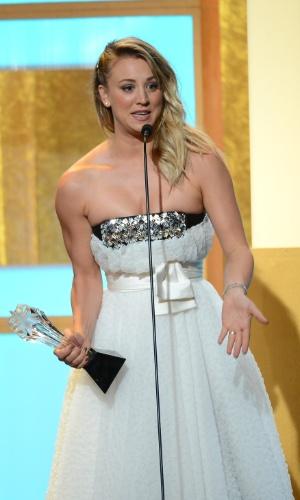 """10.jun.2013 - A atriz Kaley Cuoco recebe o prêmio de melhor atriz coadjuvante pela série """"The Big Bang Theory"""""""