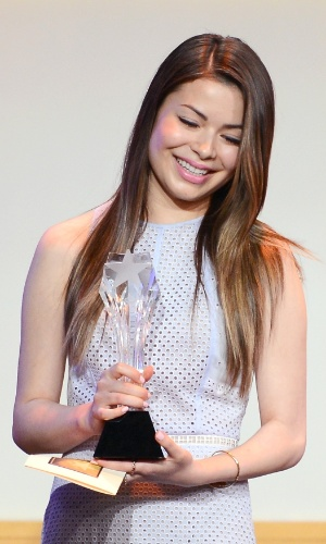 10.jun.2013 - A atriz Miranda Cosgrove participa do Critic Choice Awards, no Beverly Hilton Hotel, em Los Angeles