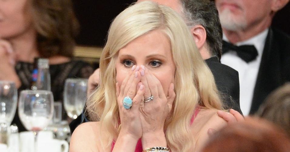 """10.jun.2013 - A atriz Monica Potter se emociona ao ser premiada pelo papel em """"Parenthood"""", no Critic Choice Awards, no Beverly Hilton Hotel, em Los Angeles"""