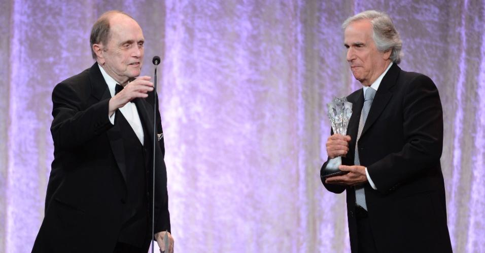 10.jun.2013 - O ator Bob Newhart (esq.) recebe o prêmio de ícone das mãos do ator Henry Winkler (dir.) no Critic Choice Awards no Beverly Hilton Hotel, em Los Angeles