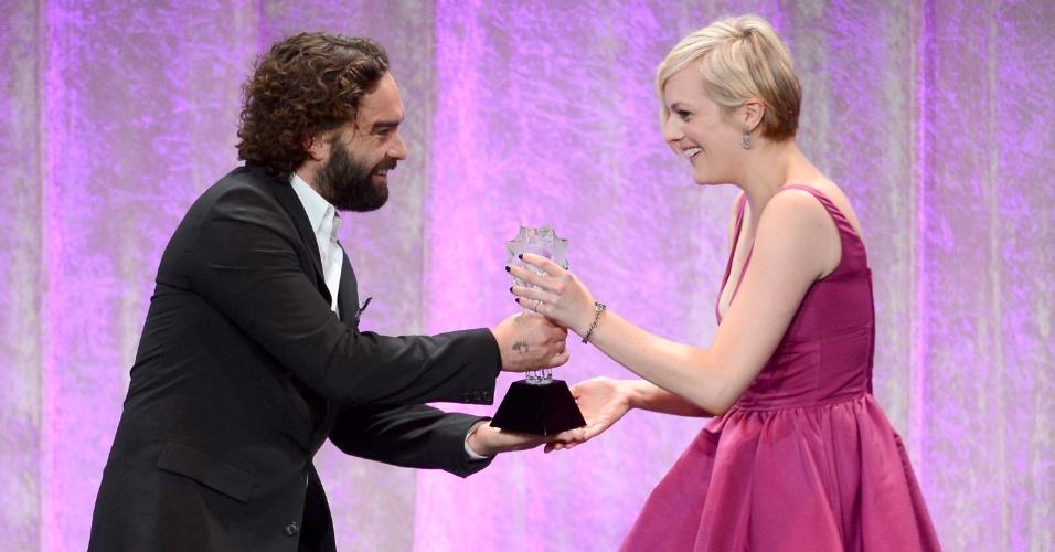 """10.jun.2013 - O ator Johnny Galecki entrega a Elisabeth Moss o prêmio de melhor atriz em filme ou minissérie pelo papel em """"Top of the Lake"""", no Critic Choice Awards, no Beverly Hilton Hotel, em Los Angeles"""