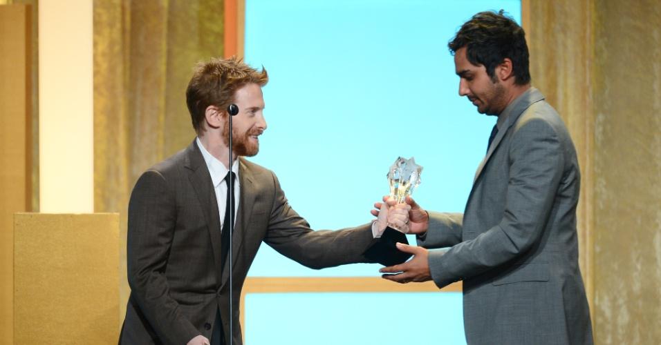"""10.jun.2013 - O ator Seth Green entrega o prêmio de melhor ator coadjuvante para Kunal Nayyar, que recebeu em nome de Simon Helberg pela série """"The Big Bang Theory"""""""