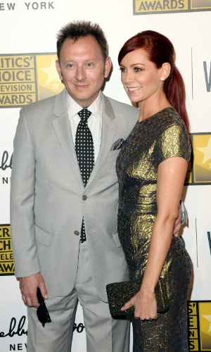 10.jun.2013 - O casal de atores Michael Emerson e Carrie Preston posam no tapete vermelho do Critic Choice Awards no Beverly Hilton Hotel, em Los Angeles