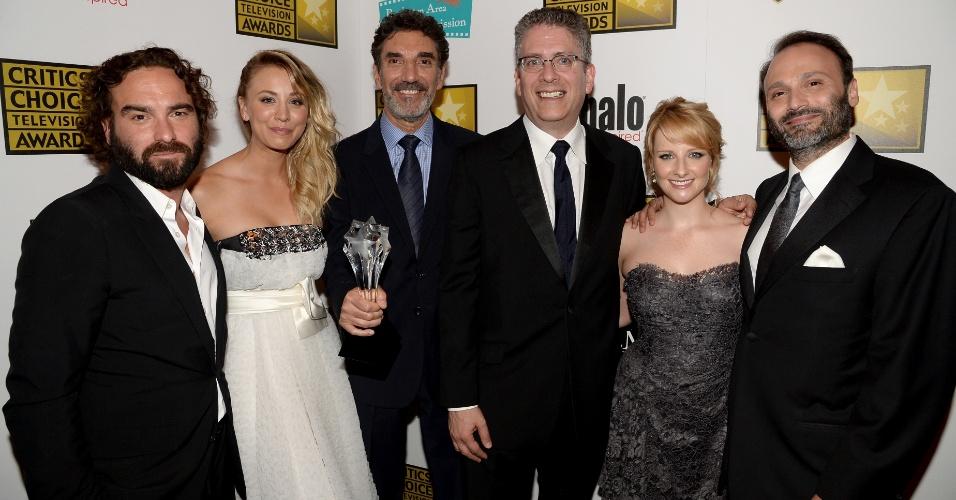 """10.jun.2013 - O elenco de """"The Big Bang Theory posa no Critic Choice Awards, no Beverly Hilton Hotel, em Los Angeles"""