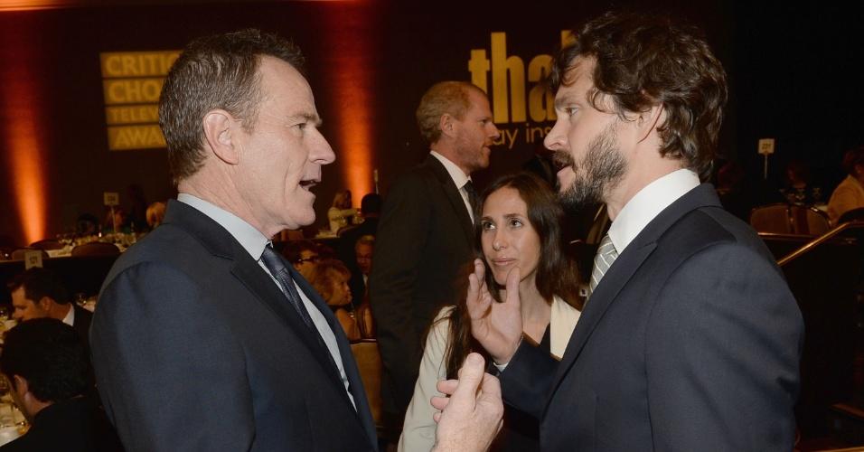10.jun.2013 - Os atores Bryan Cranston e Hugh Dancy (dir.) conversam no Critic Choice TV Awards no Beverly Hilton Hotel em Los Angeles
