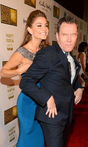 10.jun.2013 - Os atores Bryan Cranston e Maria Menounos fazem graça no tapete vermelho do Critic Choice Awards no Beverly Hilton Hotel em Los Angeles