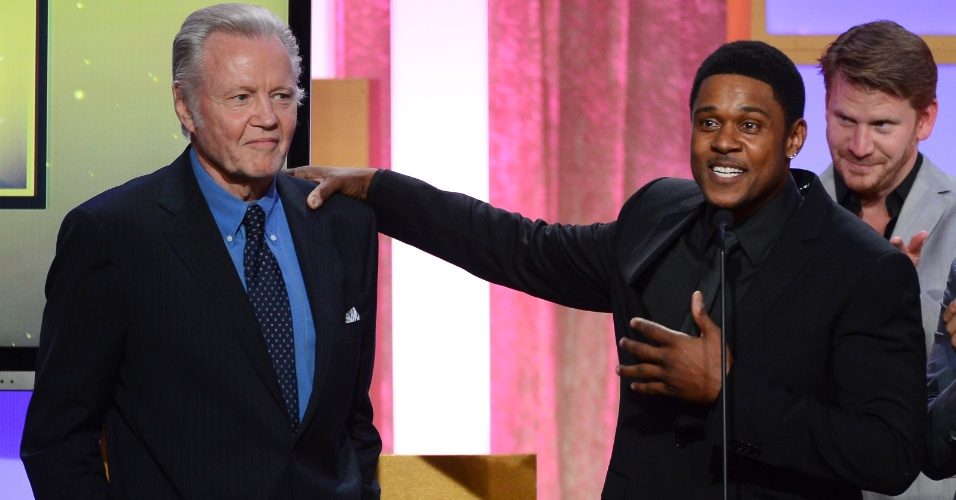 10.jun.2013 - Os atores Jon Voight, Pooch Hall e Dash Mihok falam no palco do Critics Choice Television Awards