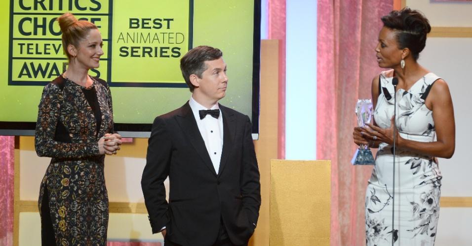 """10.jun.2013 - Os atores Judy Greer, Chris Parnell e Aisha Tyler recebem o prêmio de melhor série de animação por """"Archer"""" no Critic Choice Awards no Beverly Hilton Hotel, em Los Angeles"""