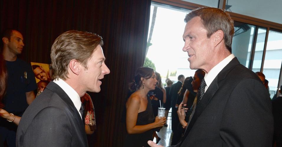 10.jun.2013 - Os atores Kevin Rahm e Neil Flynn conversam no Critic Choice TV Awards no Beverly Hilton Hotel em Los Angeles