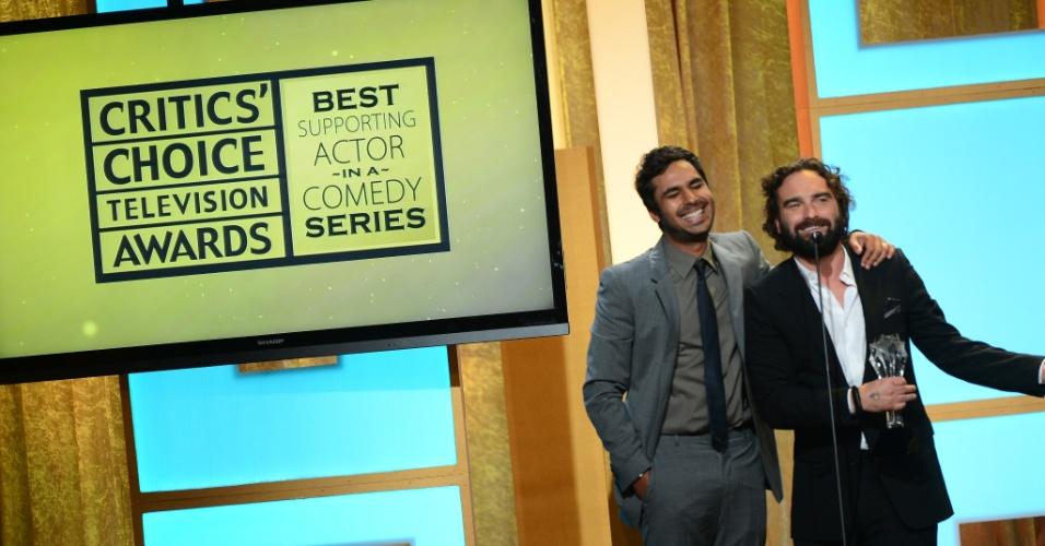 """10.jun.2013 - Os atores Kunal Nayyar e Johnny Galecki aceitam o prêmio de melhor ator coadjuvante em nome do colega de """"The Big Bang Theory"""" Simon Helberg , no Critics' Choice TV Awards, no Beverly Hills Hotel em Los Angeles"""