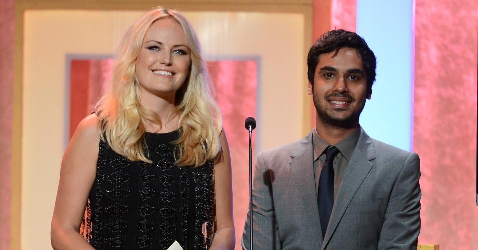 10.jun.2013 - Os atores Malin Akerman e Kunal Nayyar apresentam prêmio no Critic Choice Awards, no Beverly Hilton Hotel, em Los Angeles