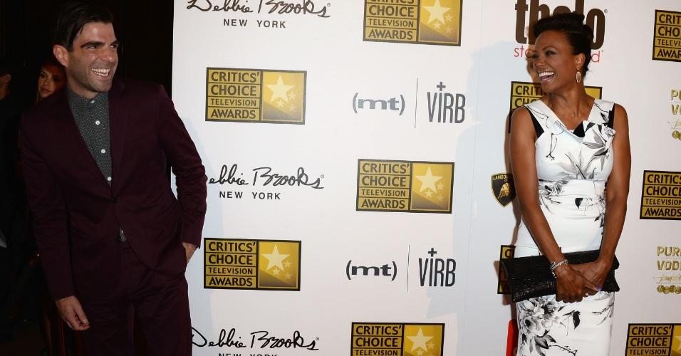 10.jun.2013 - Os atores Zachary Quinto e Aisha Tyler fazem graça no tapete vermelho do Critic Choice Awards no Beverly Hilton Hotel em Los Angeles