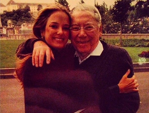 11.jun.2013 - Ticiane Pinheiro publica foto ao lado de Jano Justus, pai de Roberto Justus, para lamentar sua morte, aos 92 anos.