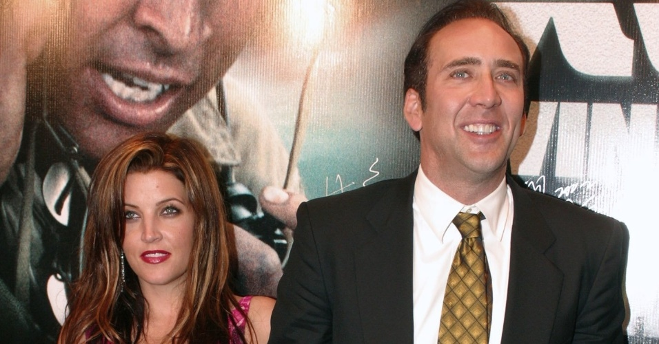 "24.jun.2002 - Nicolas Cage e Lisa Marie Presley, filha de Elvis Presley, na pré-estreia de ""Windtalkers"" em Hong Kong"