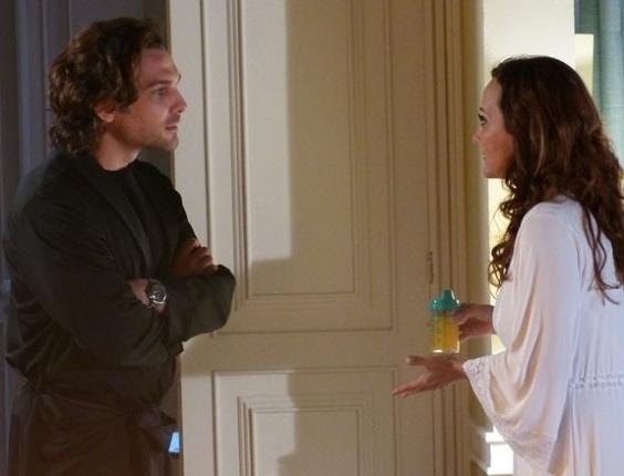 """Em """"Flor do Caribe"""", Laurinha chora de saudades, mas Alberto impede Ester de ver filha"""