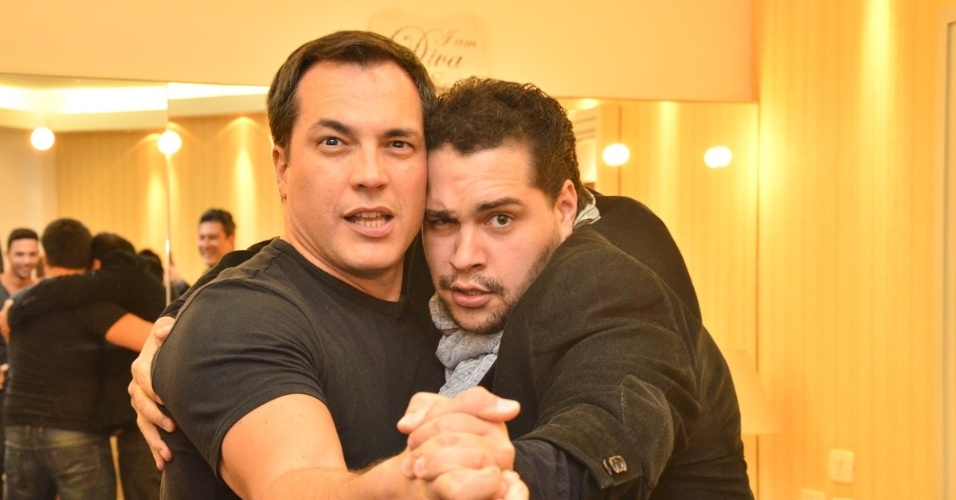 11.jun.2013 - Daniel Boaventura posa com Tiago Abravanel no camarim depois de show em São Paulo