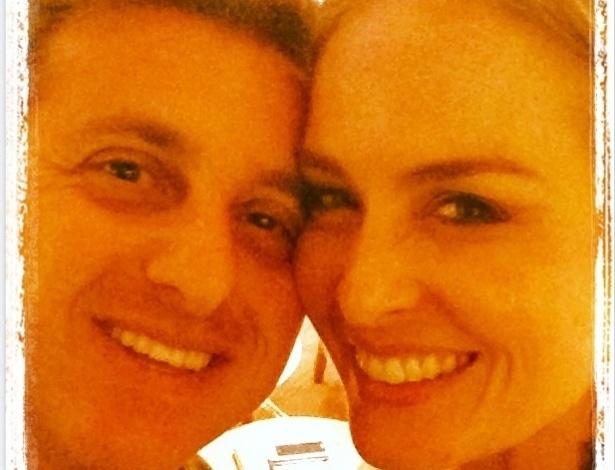 12.jun.2013 - Angélica publica foto com o marido Luciano Huck