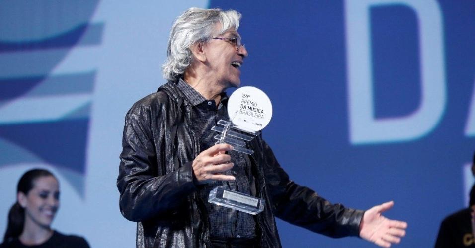 """12.jun.2013 - Caetano Veloso no 24º Prêmio da Música Brasileira, que acontece no Theatro Municipal do Rio de Janeiro. O músico venceu duas categorias com seu novo disco, """"Abraçaço"""""""