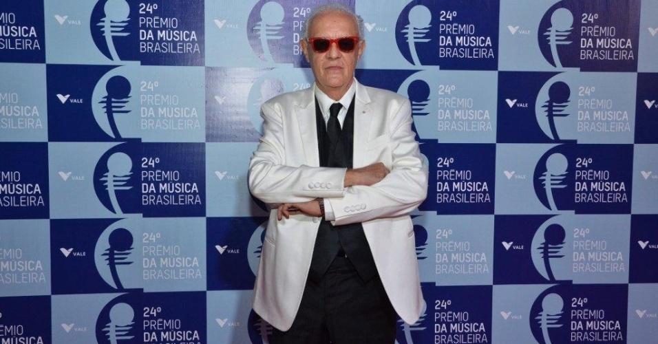 12.jun.2013 - De óculos escuros, Ney Latorraca chega ao 24º Prêmio da Música Brasileira, no Theatro Municipal do Rio de Janeiro. Neste ano, a premiação homenageou Tom Jobim