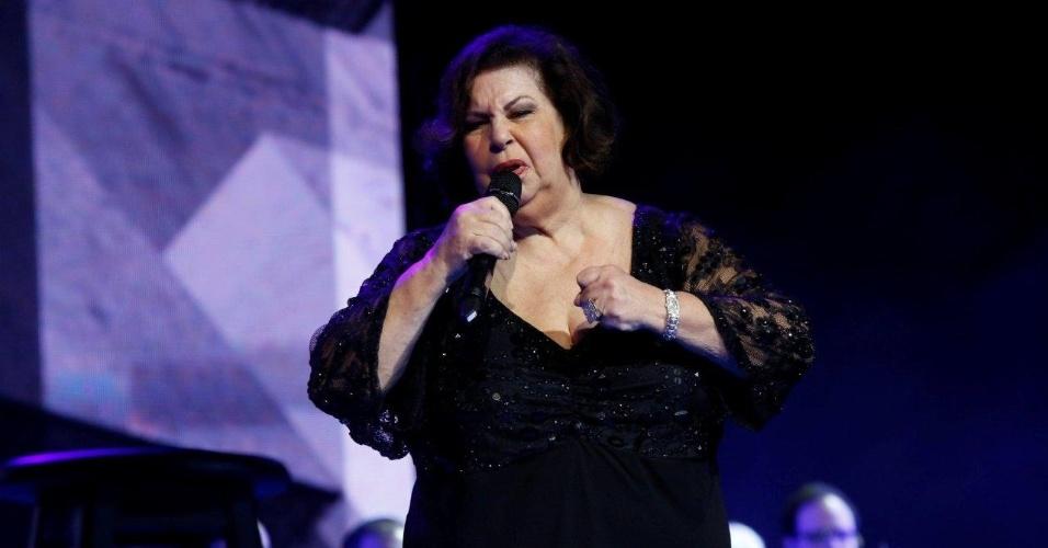 12.jun.2013 - Nana Caymmi canta no 24º Prêmio da Música Brasileira, no Theatro Municipal do Rio de Janeiro. Neste ano, a premiação homenageou Tom Jobim