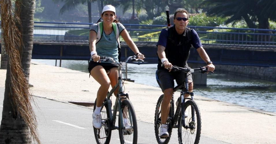 12.jun.2013 - No Dia dos Namorados, Malu Mader e Tony Bellotto andam de bicicleta na Lagoa