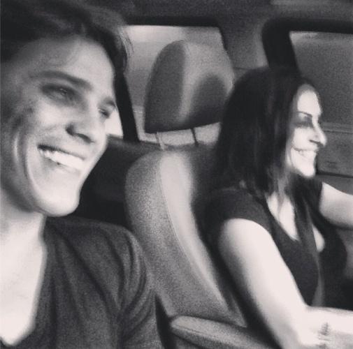 12.jun.2013 - O ator Rômulo Neto publicou uma foto em que aparece sorrindo ao lado da namorada Cleo Pires