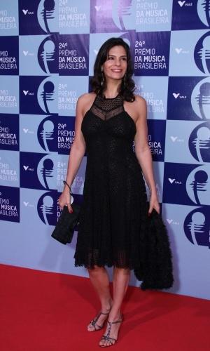 12.jun.2013 - Toda de preto, Helena Rinaldi chega ao 24º Prêmio da Música Brasileira, que acontece no Theatro Municipal do Rio de Janeiro