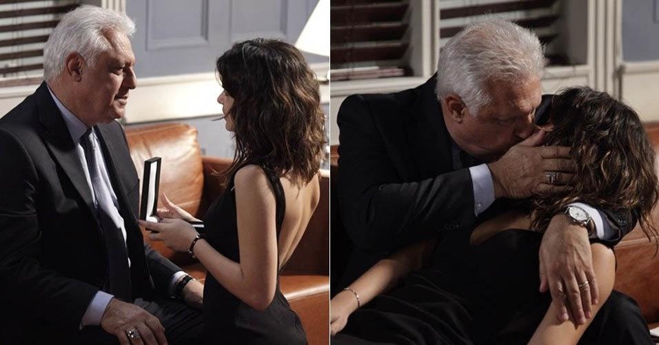 """Em """"Amor À Vida"""", César dá bracelete de brilhantes para Aline e os dois se beijam"""