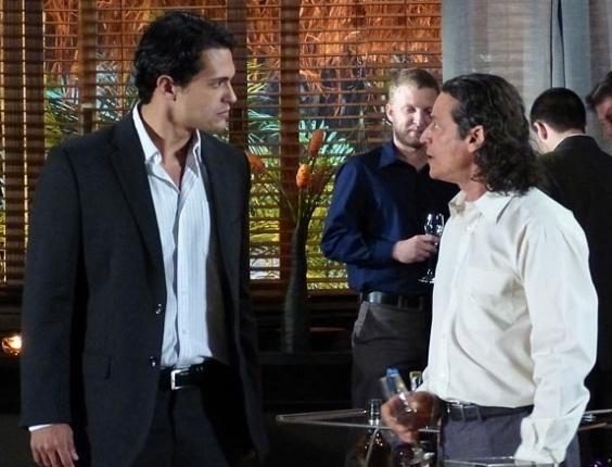 """Em """"Flor do Caribe"""", Donato enfrenta Hélio após beber"""