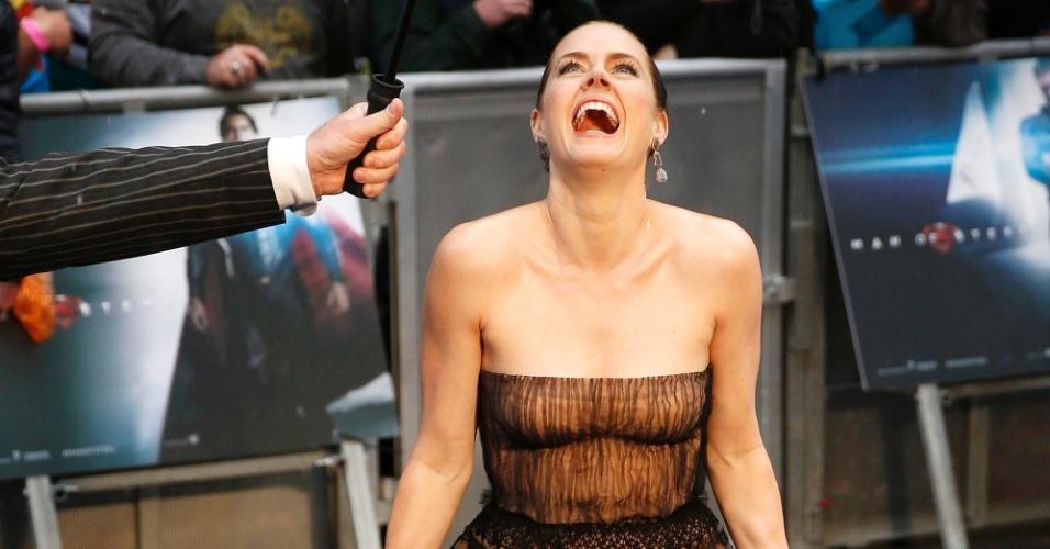 12.jun.2013 - A atriz Amy Adams faz graça no tapete vermelho da pré-estreia de